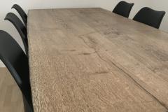 Plankebord eg med ibenholt olie og naturkanter closeup