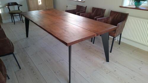 Amerikansk-valnød-2-planker-med-speciallavet-bordben