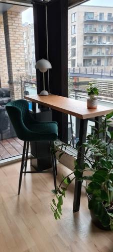 Højbord eg med hvid olie 40 x130 cm med Dallas barstolen