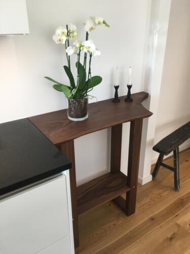 Lille-sidekøkkenbord-amerikansk-valnød-med-træben