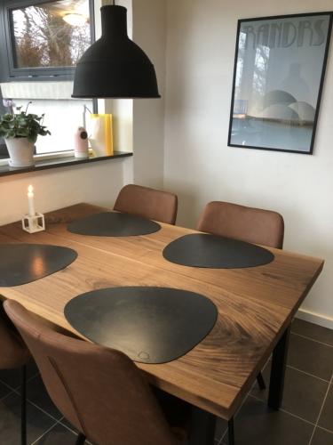 Plankebord i amerikansk valnød 90 x 135 cm og dagmar stole i brun
