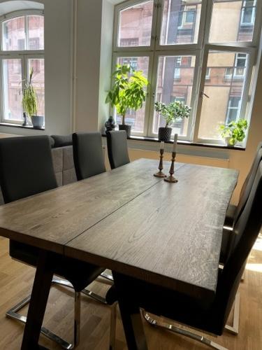 Plankebord i eg med 2 planker, ibenholt olie, natur kanter og trapez stel