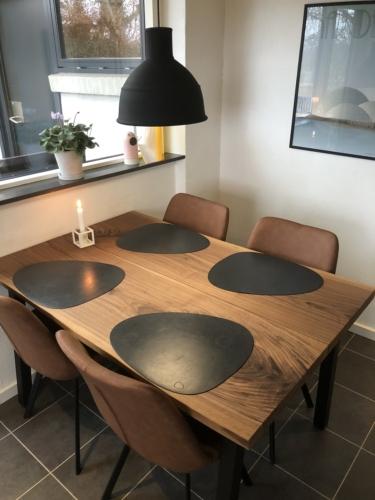 Plankebord i amerikansk valnød 2 planker, 90x135 cm og naturkanter - Dagmar stole i brun