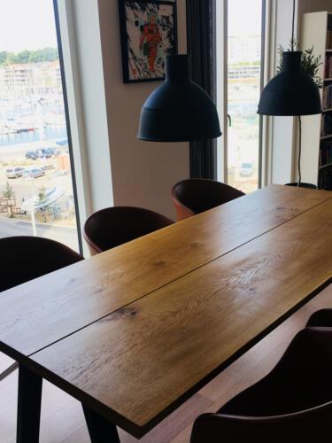 Plankebord-2-planker-egetræ-med-naturolie-og-skrå-ben