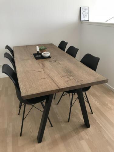 Plankebord-eg-med-ibenholt-olie-og-naturkanter