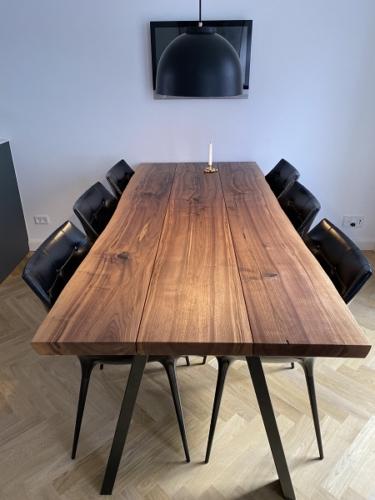 Plankebord amerikansk valnød 3 planker - 90 x 210 cm med naturkant og sort skrå ben