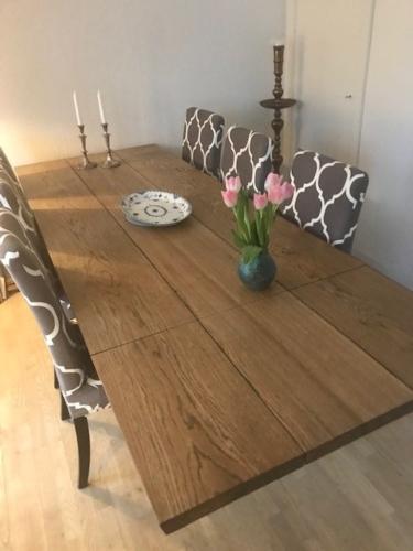 Plankebord eg med 3 planker, ibenholt olie, tillægsplade og træben
