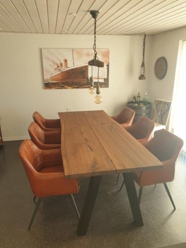 Plankebord i amerikansk valnød med skrå stolpe