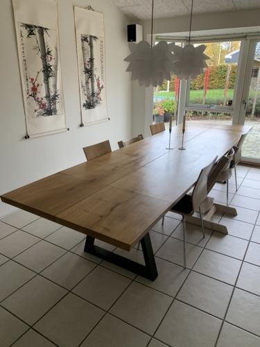 Plankebord i eg, 2 planker med natur olie, 15 graders kanter, 2 stk. tillægsplader og trapez stel