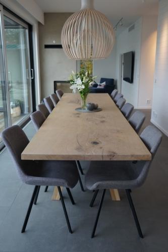 Plankebord i eg 1 planke 100 x 360 cm med hvid olie og 90 graders kanter og skrå stolpe i eg