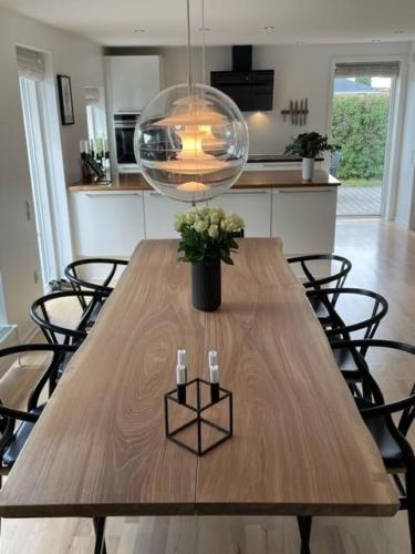 Plankebord i eg 2 planker, med hvid olie, naturkanter og trapez slim