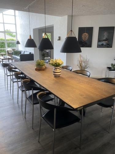 Plankebord i eg 2 planker med ibenholt olie, skrå stolpe, naturkanter 100x330 cm