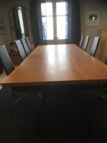 Plankebord i eg 3 planker, med natur olie, naturkanter og skrå ben i sort metal (1)