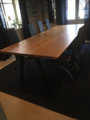 Plankebord i eg 3 planker, med natur olie, naturkanter og skrå ben i sort metal