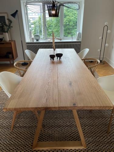 Plankebord i eg med 2 planker, 15 graders kanter, naturolie og trapez i eg