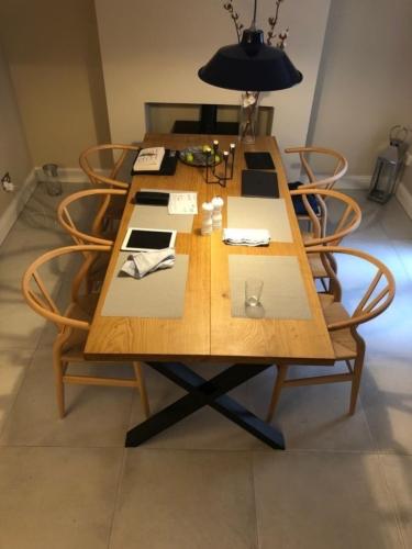Plankebord i eg med 2 planker, 90 graders kanter, naturolie  og krydsstel