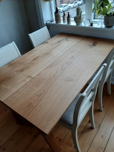Plankebord i eg med 2 planker 90 x 140 cm, natur olie, 15 graders kanter og skrå ben