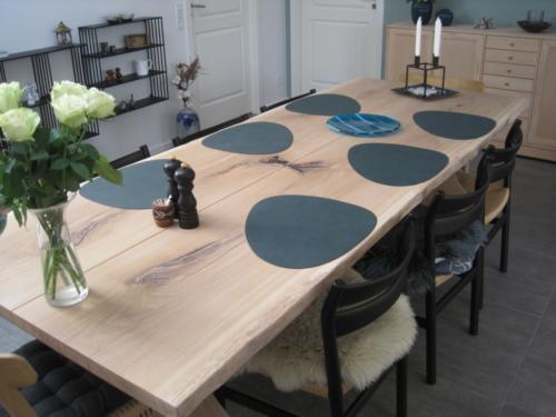 Plankebord i eg med 2 spejlede planker, naturkanter og hvid olie