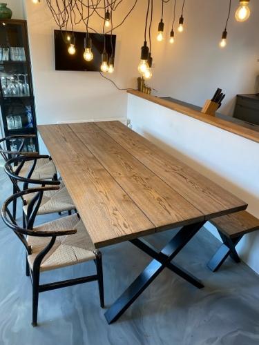 Plankebord i eg med 3 planker og ibenholt olie, 15 graders kanter og krydsstel