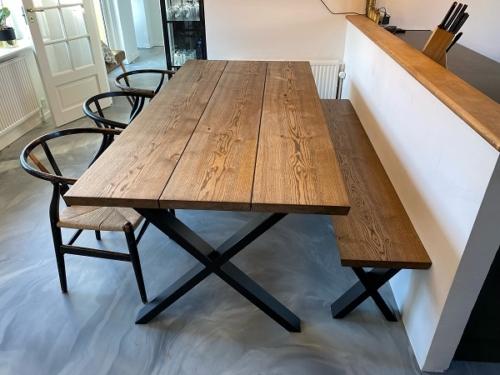 Plankebord i eg med 3 planker og ibenholt olie, 15 graders kanter og krydsstel med tilhørende bænk
