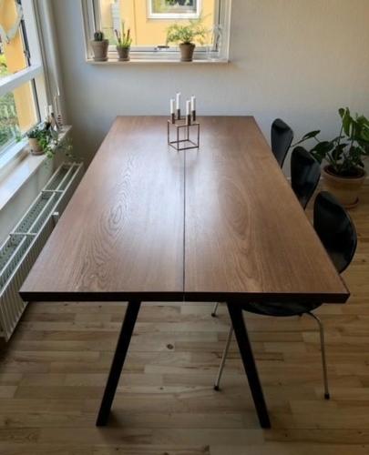 Plankebord i eg med valnød olie, 15 graders kanter og skrå ben