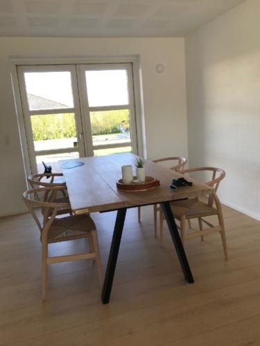 Plankebord i eg stilren med 3 planker og hvid olie