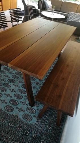 Plankebord i amerikansk valnød med tilhørende bænk med træben