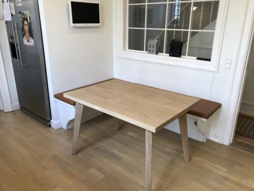 Plankebord stilrent i eg med 2 planker, hvid olie og koniske firkantet ben