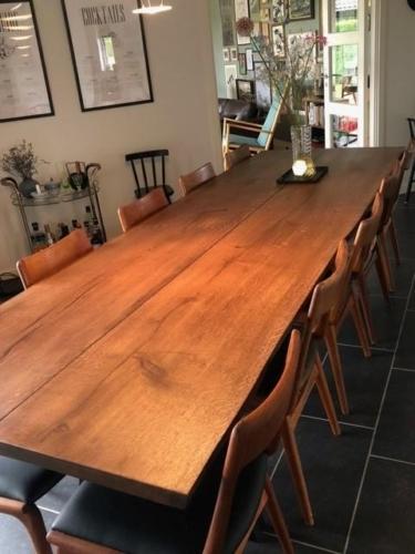 Rustikt plankebord i eg med 2 planker, valnød olie og skrå ben