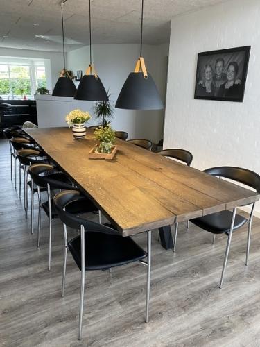 Rustikt plankebord i eg med ibenholt olie, 100x330 cm monteret på skrå stolpe
