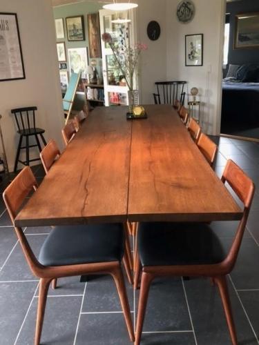 Rustikt plankebord i eg med valnød olie, natur kanter og skrå ben