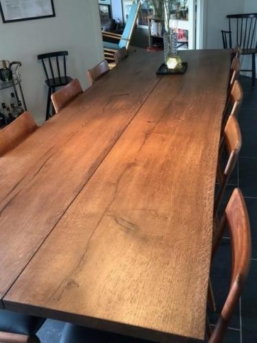 Rustikt plankebord i eg med valnød olie og naturkanter. Lavet af 2 planker