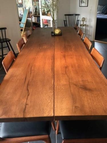 Rustikt plankebord i eg med valnød olie og naturkanter