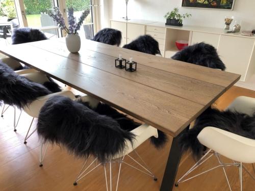 Rustikt plankebord i elm 110x247 cm med ibenholt olie, skrå ben og 15 graders kanter