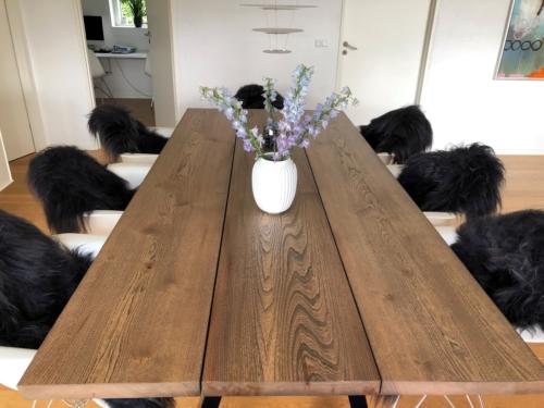 Rustikt plankebord i elm 110x247 cm med ibenholt olie og 15 graders kanter
