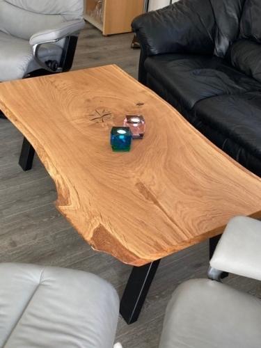Rustikt sofabord i eg med naturkanter og naturolie
