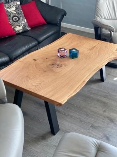 Rustikt sofabord i eg med naturolie