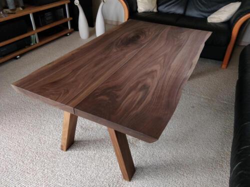 Sofabord-amerikansk-valnød-med-træben-tæt-på
