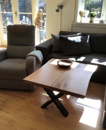 Sofabord i eg med 2 planker og naturolie 80 x 90 cm monteret på krydsstel i sort