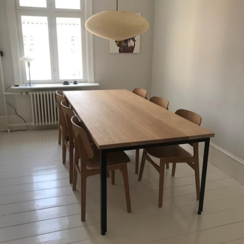 Stilrent plankebord i 4 sammenlimede egetræs planker med hvid olie og 90 graders kanter. Monteret på kundens eget stel
