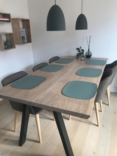 Stilrent plankebord i eg - 2 planker 100x200 cm med hvid olie og naturkanter