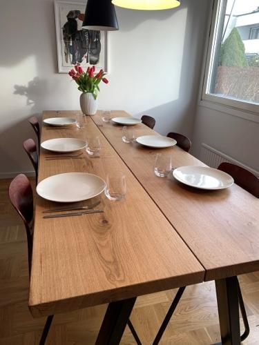 Stilrent plankebord i eg - 2 planker med naturolie og 15 graders kanter