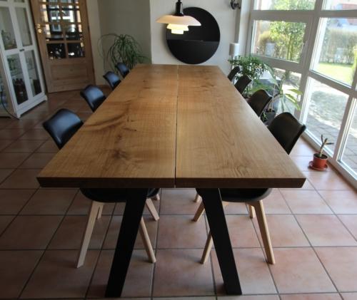 Stilrent plankebord i eg 100x270 cm tykkelse 5-5,5 cm med 15 graders aknter og natur olie monteret på skrå stolpe i sort