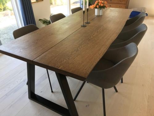 Stilrent plankebord i eg med 2 planker, naturkant og ibenholt olie