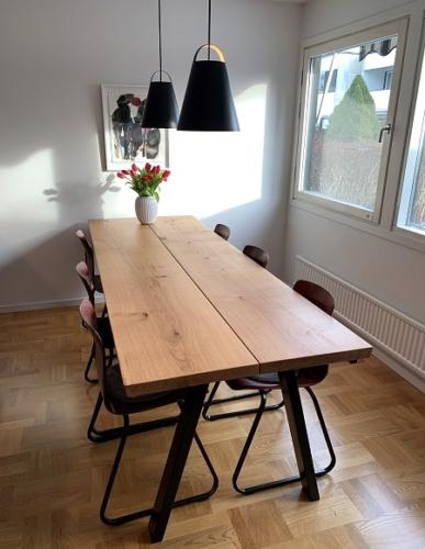 Stilrent plankebord i eg med 2 planker, naturolie, og 15 graders kanter