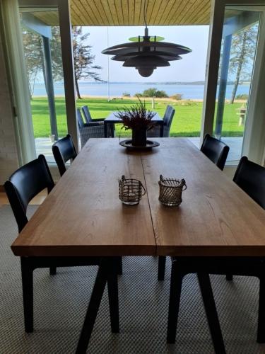Stilrent plankebord i eg med 2 planker, naturolie og 15 graders kanter