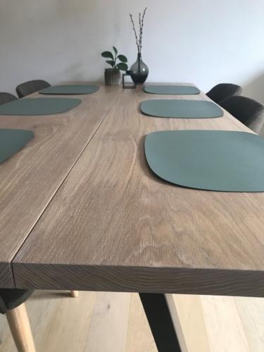 Stilrent plankebord i eg med hvid olie