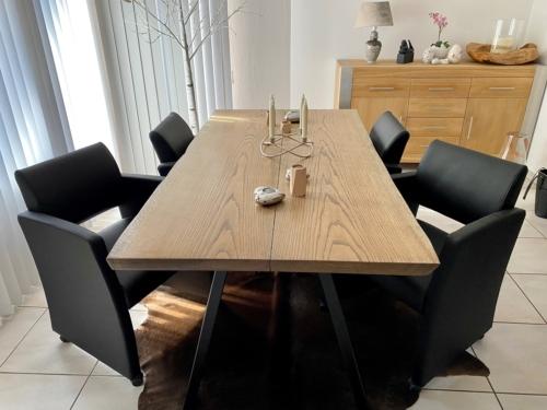 Stilrent plankebord i eg med ibenholt olie og naturkanter, størrelse 95x180 cm
