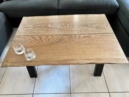 Stilrent sofabord i eg med ibenholt olie og naturkanter, størrelse 70x100 cm