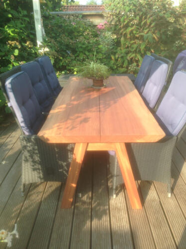 maghoni-plankebord-med-træben-i-2-planker